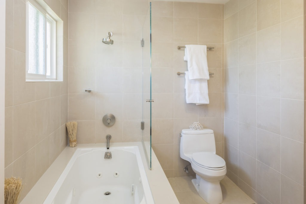 Modern bathroom with modern tiles.