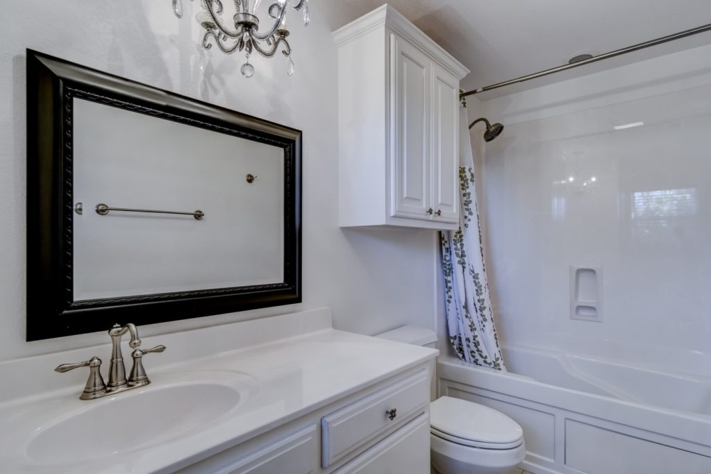 simplistic bathroom wth white theme